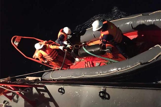 Tàu gặp nạn trên biển, 10 thuyền viên đứng trên nóc cabin cầu cứu