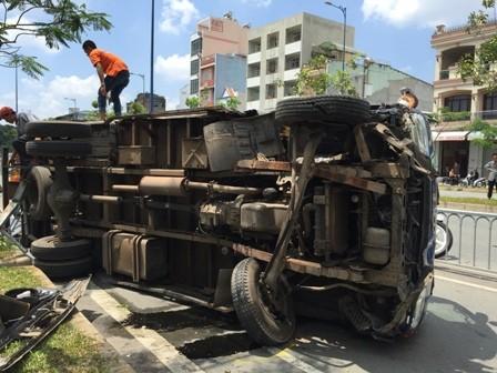 Xe tải nổ bánh lật 'chổng vó' trên đường Võ Văn Kiệt