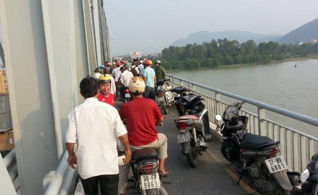 Nam thanh niên bỏ lại xe máy trên cầu rồi nhảy xuống sông tự tử