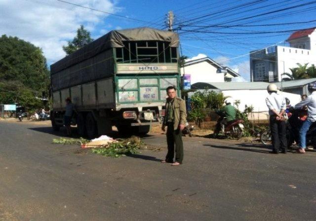 Băng qua đường, thanh niên bị xe tải tông tử vong