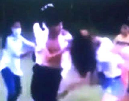 Thêm một clip nam sinh đánh nữ sinh trên sân bóng