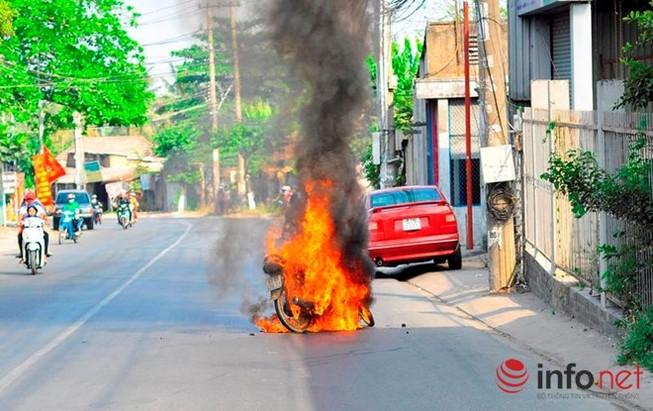 Xe cháy dữ dội, hai người quăng xe tháo chạy