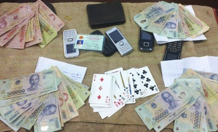 Cách chức hiệu trưởng một trường tiểu học vì đánh bài ăn tiền