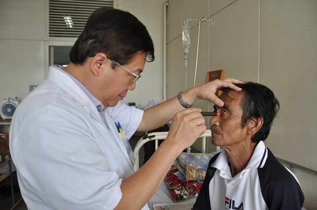 Ông Huỳnh Văn Nén xuất viện và sẽ tiếp tục tập đi xe máy
