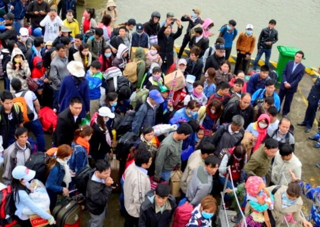 Hàng chục tàu cao tốc đưa du khách kẹt ở Cù Lao Chàm vào bờ