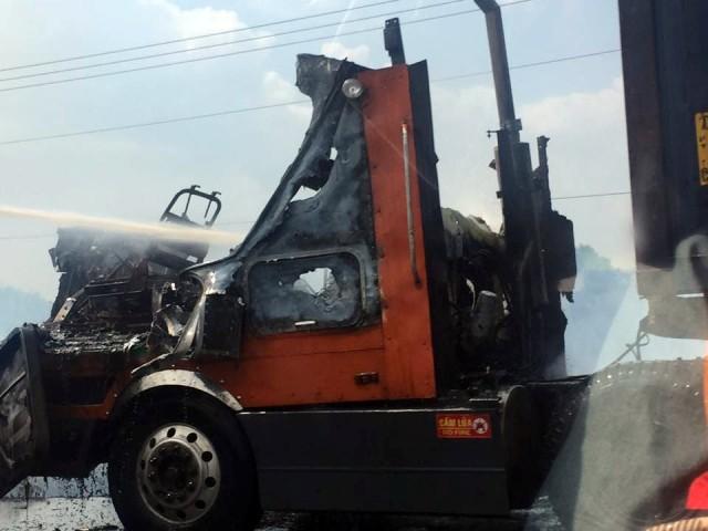 Tài xế tung cửa thoát thân khi xe container bốc cháy trên cao tốc