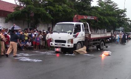 Hai cô gái chết thảm dưới bánh xe tải