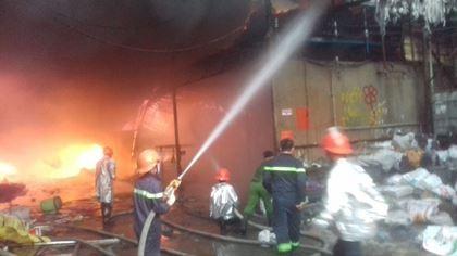 Sau tiếng nổ lớn, hỏa hoạn thiêu rụi xưởng gỗ