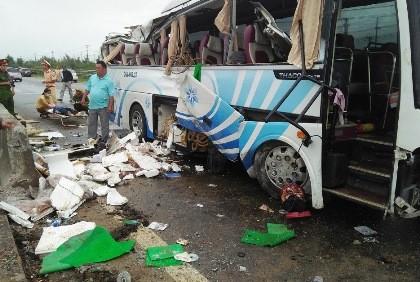 Xe khách đâm dải phân cách, 1 hành khách tử vong
