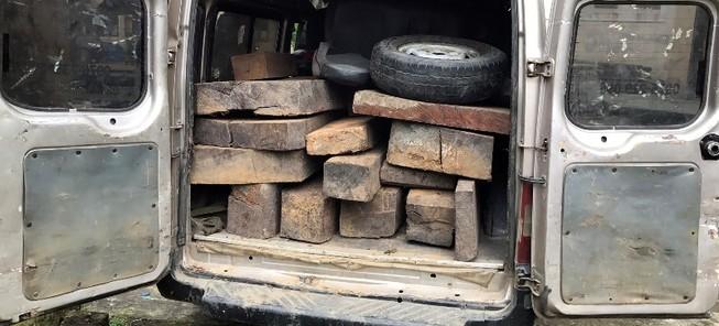 Công an phục bắt 16 phách gỗ gõ trên xe khách