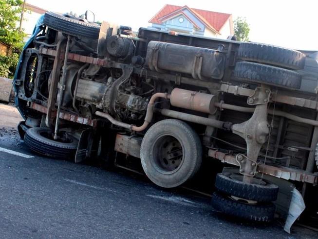 Lật xe tải, tài xế thoát chết hi hữu