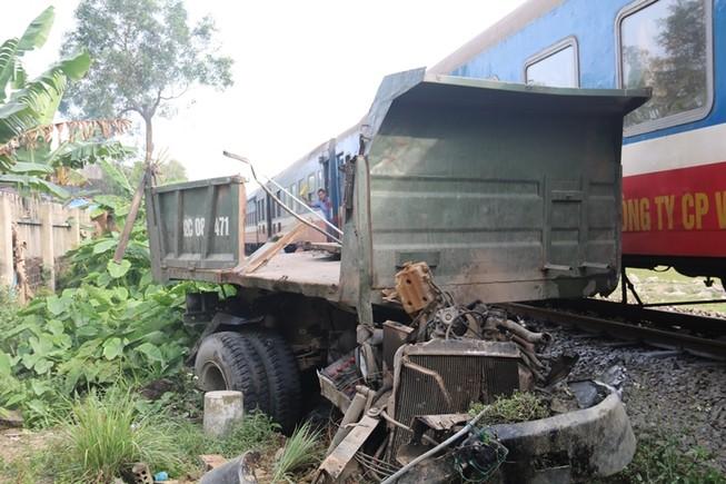 Va chạm tàu hỏa, xe tải 'đầu một nơi, mình một nẻo'