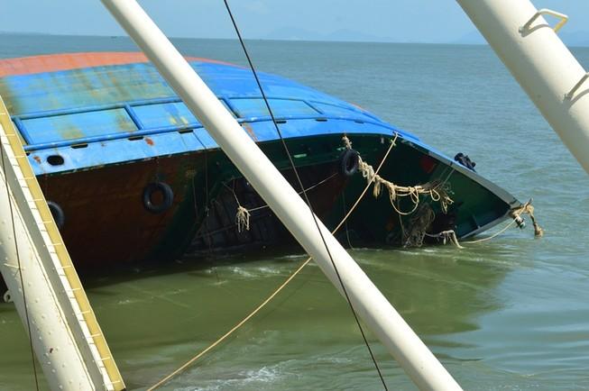 Toàn cảnh tiến hành trục vớt tàu Hoàng Phúc 18