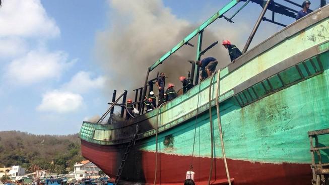 Tàu cá bùng cháy dữ dội sau tiếng nổ lớn lúc sửa chữa