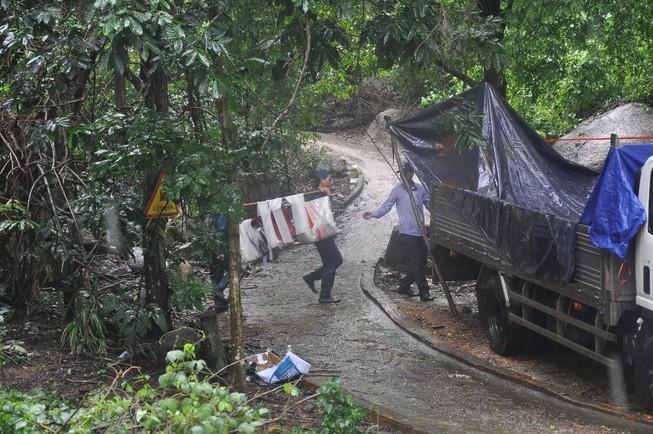 Bàn giao mảnh vỡ máy bay trực thăng gặp nạn ở núi Dinh