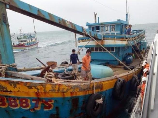 Cứu tàu cá sau 3 ngày gặp nạn ở vùng biển gần tâm bão