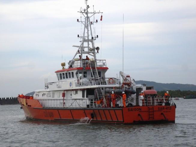 Bàn giao thuyền viên tàu cá bị đâm chìm  