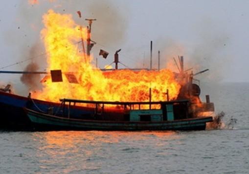 Nổ tàu cá, 12 người bị thương, một người mất tích