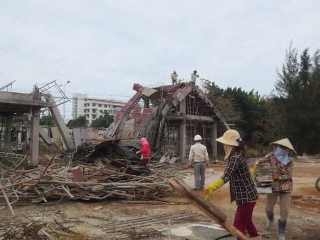 Sập cổng trường đang xây, 2 công nhân bị thương nặng
