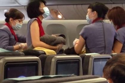 Clip cô gái vượt cạn trên máy bay ở độ cao 10.000 m hot nhất