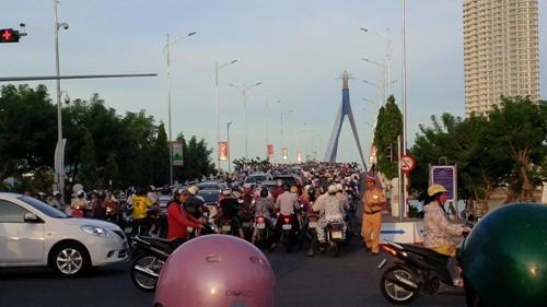 Đà Nẵng cấm ô tô qua cầu sông Hàn giờ cao điểm