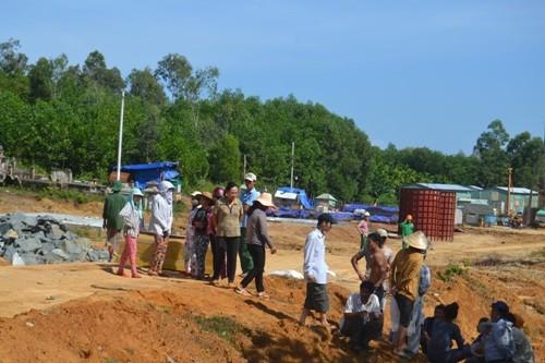 Dân mang quan tài chặn đường cao tốc