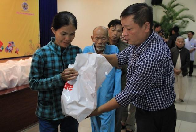 Trao quà tết cho 400 bệnh nhân nghèo miền Trung