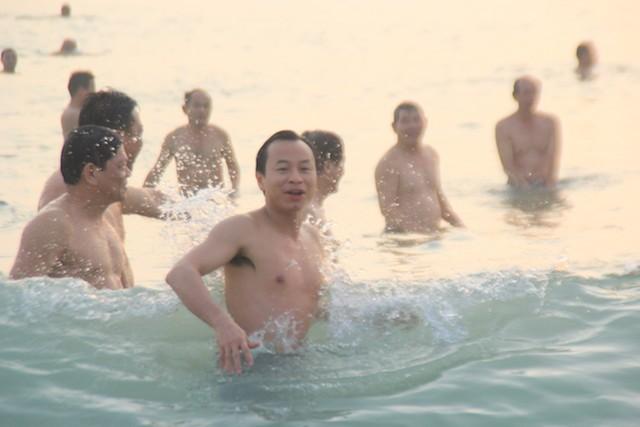Bí thư, chủ tịch Đà Nẵng hồ hởi tắm biển cùng du khách lúc bình minh