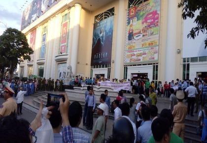 Hàng trăm nhân viên Big C tụ tập phản đối chủ tòa nhà