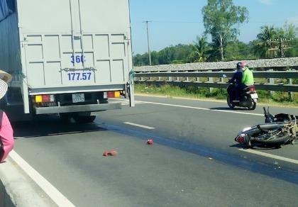 Một thiếu nữ bị xe tải cán nát chân