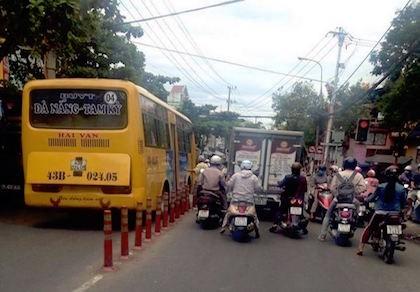 Tạm đình chỉ hoạt động 1 xe buýt vì dân 'tố' trên Facebook