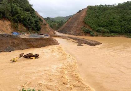 Quảng Nam: Lũ nhấm chìm taxi và nhiều nơi sạt lở nghiêm trọng sau bão