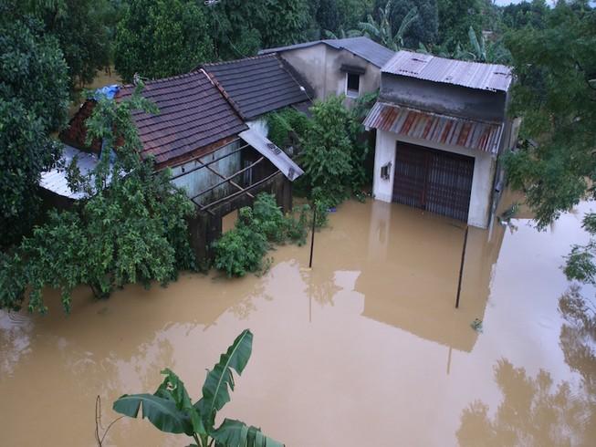 Mưa lũ và lốc xoáy đe dọa miền Trung