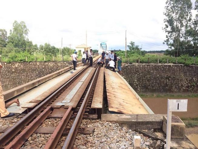 Xe container 'húc' cầu vượt, đường sắt bị tê liệt