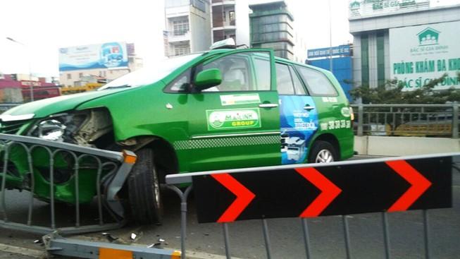 Taxi tông dẹp con lươn trên cầu vượt Hàng Xanh