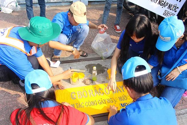 Vớt rác, thả cá hưởng ứng Giờ Trái đất năm 2016