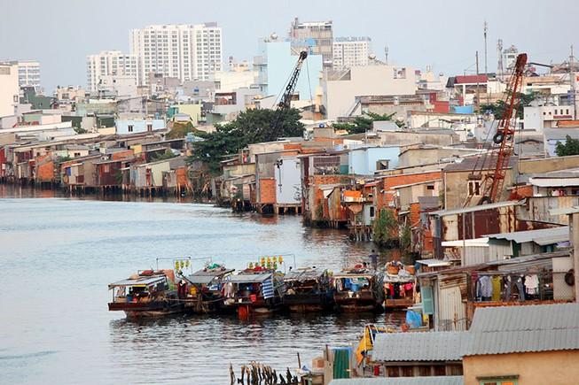 Cận cảnh cuộc sống thấp thỏm của dân nghèo trên dòng kênh