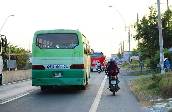 'Hung thần' chở công nhân tung hoành trên quốc lộ 1A