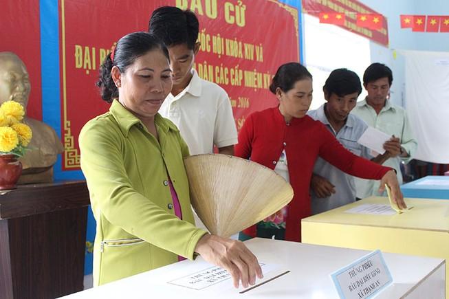 Dân xã đảo Thạnh An dậy từ khuya, bận đồ đẹp để đi bầu cử