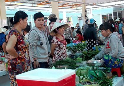 Tiểu thương phấn khởi rời chợ tự phát vào chợ Bình Thới mới