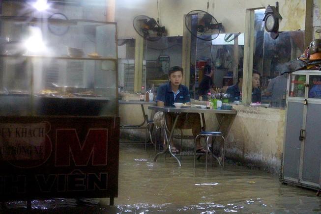 TP.HCM: Khách ăn xong phải ngồi chờ... nước rút