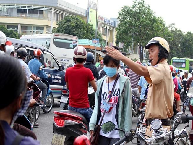 Sau lễ, CSGT phân luồng giảm ùn tắc tại BX Miền Đông