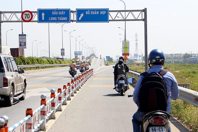 Thưa thớt xe máy đi vào đường dẫn cao tốc Long Thành