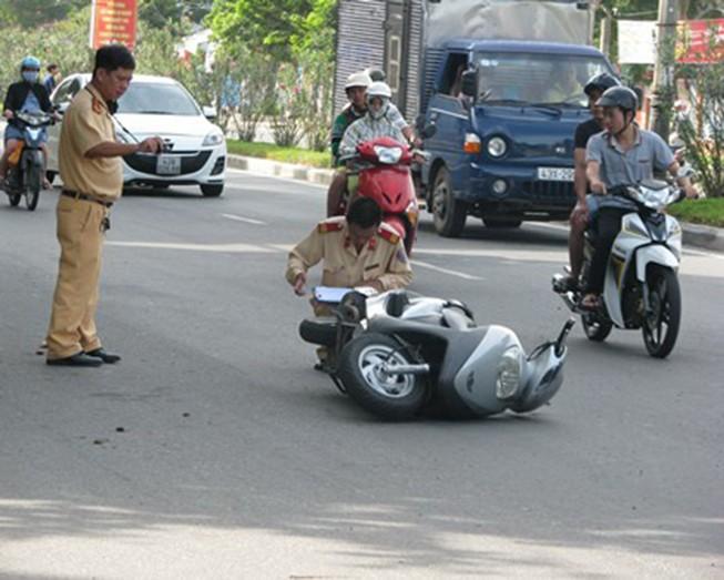 Đạp ngã cảnh sát khi bị dừng xe