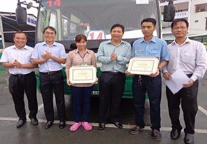 Trao bằng khen cho hai nhân viên xe buýt tử tế