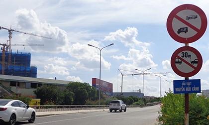 Hạn chế xe để sửa cầu vượt Nguyễn Hữu Cảnh