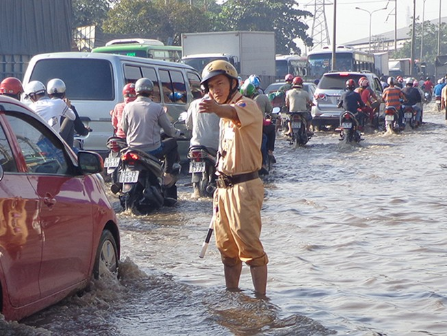 Cảnh sát lội nước điều tiết giao thông