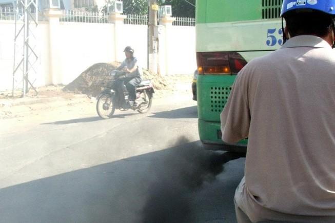 Xe buýt xả khói mịt mù, sao đăng kiểm vẫn đạt?