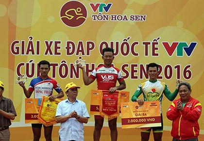Lê Văn Duẩn thắng chặng 6, Võ Phú Trung 'xé' áo vàng
