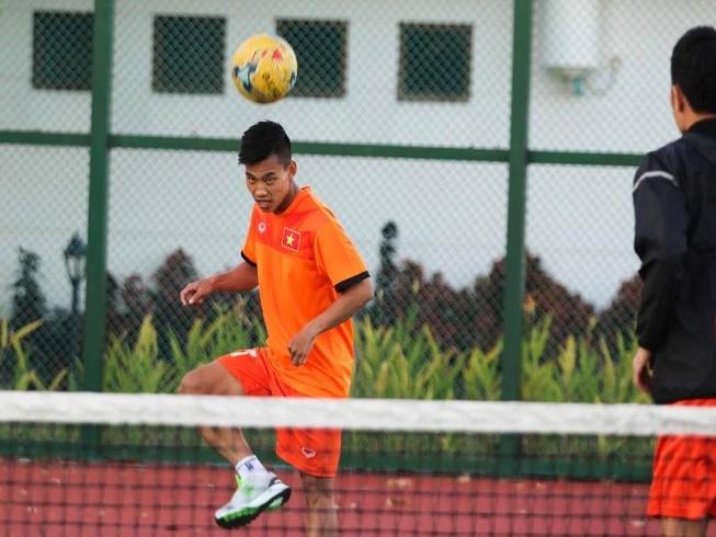 Tuyển Việt Nam chơi bóng chuyền bằng chân